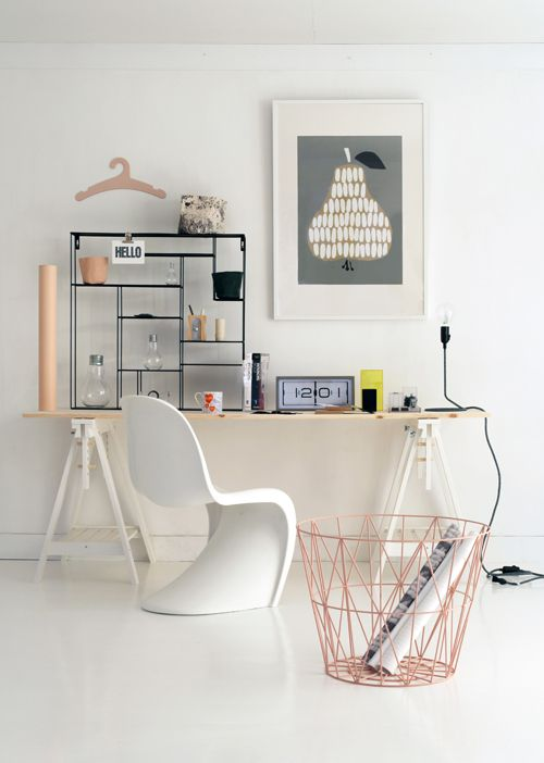 Ce bureau joue la carte des teintes douces et des formes confortables.