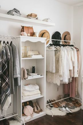 Closet aberto duas araras de roupas com estante