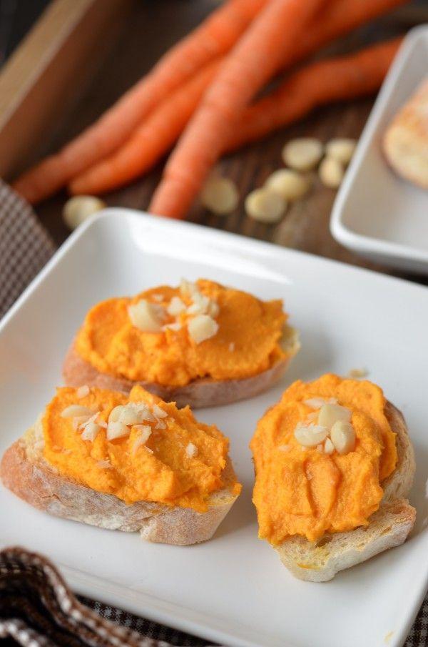 Mrkvová pomazánka - smícháme mrkev nastrouhanou najemno, jogurt, trochu majónezy, sůl a česnek.