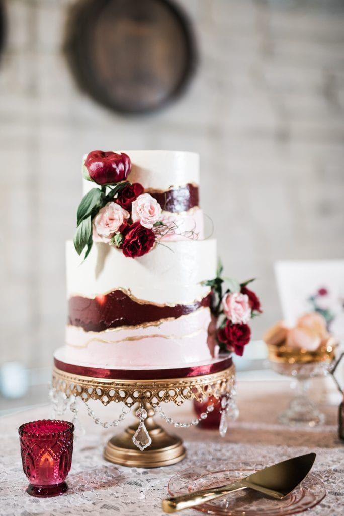 Burgunder, Rouge und Elfenbein Hochzeitstorte von The Noble Cakery über opulente Schätze …   – Cake Stands created and sold only by Opulent Treasures®️