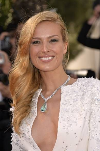 18 Carat Rose Gold: Petra Nemcova Wearing A Necklace In 18-carat White Gold