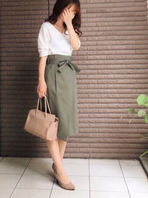 お気に入りのカーキ巻きスカートに  白のとろみトップスを合わせて大人めに。    小物もベージュで合