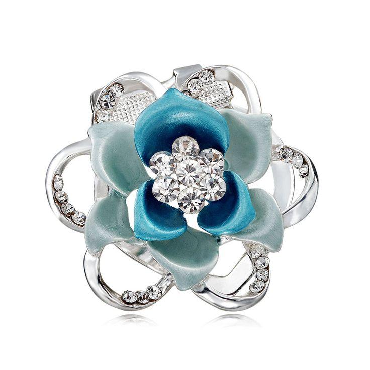 Brošňa na šatky v tvare luxusného kvetu. Vytvára motív luxusného kvetu, ktorý je obohatený žiarivými kamienkami. Brošňa je malé šperkárske majstrovské dielo, ktoré vďaka symbolike v sebe ukrytej dodáva svojej nositeľke pocit elegancie. Skúste byť originálna a ozdobne si svoju hodvábnu šatku alebo hodvábny šál. Brošňa je ideálny doplnok pre ozdobenie vášho outfitu. Brošňu môžete použiť aj na svoje oblečenie. http://bit.ly/1lMQyeY