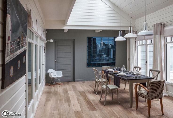 Dans la salle manger d 39 une maison en bois deux for Table de salle a manger hemisphere sud