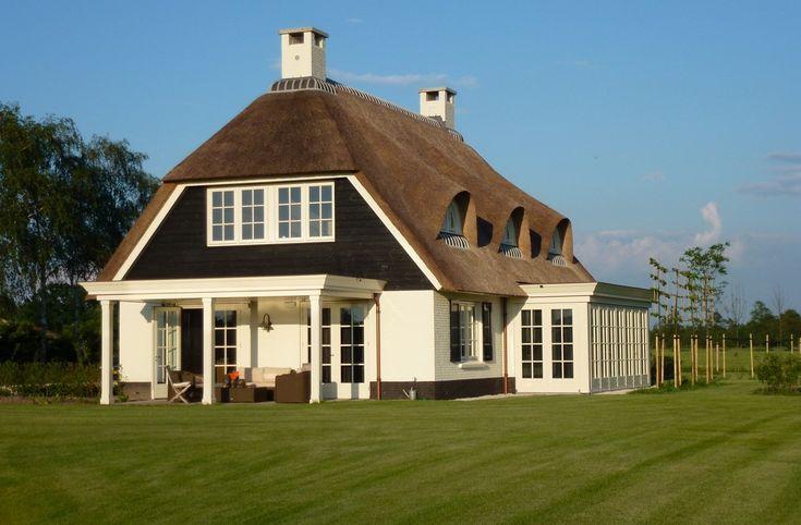 Voor een nieuwbouwproject in Achterveld hebben wij dit prachtige landhuis weten te realiseren. Het landhuis staat in een prachtige omgeving omringd met weilanden en mooi vergezichten. Het is een mooie landelijke woning geworden, waarbij een rietgedekte kap uitstekend past.