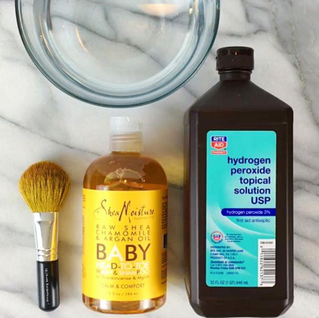 Crea tu propio limpiador de brochas con un poco de shampoo para bebés y agua oxigenada.