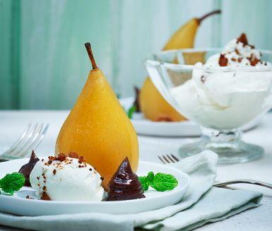 Elegant recept på inkokta päron med kanelstång, smarrig chokladkräm och vispgrädde strösslad med smörstekta kaksmulor. Att päronen serveras stående ger extra verkshöjd, och säg den frukt som inte blir godare och lyxigare med len, lättvispad grädde?