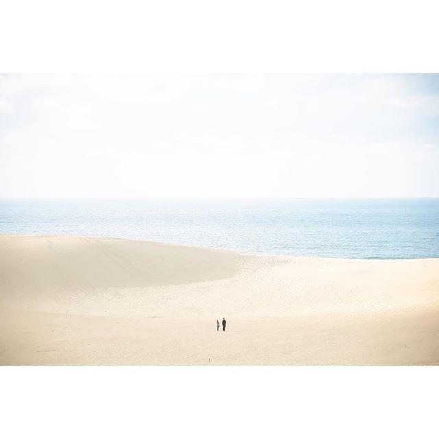 【leau_pic】さんのInstagramをピンしています。 《観光客で賑わう中、人混みから外れて絵になるの二人。 #japan#tottori#tottorisanddunes#landscape#ocean#sea#vsco#vscocam#登山#鳥取#砂丘#鳥取砂丘#海#日本海》