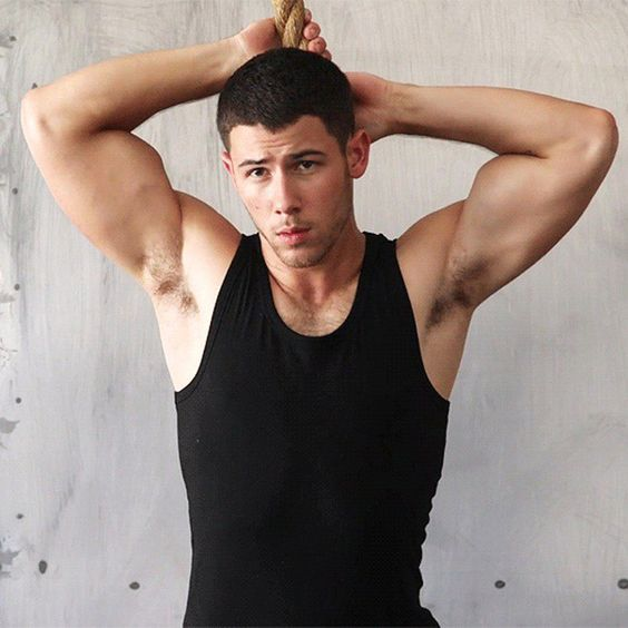 Nick Jonas enseña abdominales en Men´s Fitness