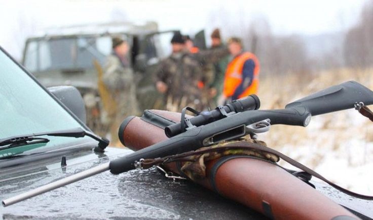 Безопасность на ОХОТЕ. Обращение с оружием.    Безопасность - основное условие любой индивидуальной и тем более коллективной охоты. Мудрая охотничья поговорка гласит, что раз в году и незаряженное ружье стреляет! Осторожное обращение с оружием, дисциплина при стрельбе и соблюдение на охоте определенных правил - неотъемлемый признак культурного охотника. Он не только сам должен соблюдать правила обращения с оружием, но и настойчиво требовать их выполнения от других.    Дома ему приходится…
