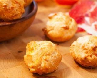 Petits choux salés fourrés au jambon et fromage ail et fines herbes : http://www.fourchette-et-bikini.fr/recettes/recettes-minceur/petits-choux-sales-fourres-au-jambon-et-fromage-ail-et-fines-herbes.html