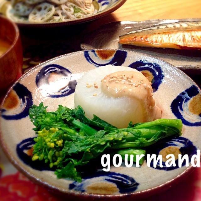 新鮮な春大根、生で食べるのも美味しいけど、ふろふきにしてみました〜(^○^) 圧力鍋で 簡単に( ›◡ु‹ ) 菜の花も添えてっ♪ - 143件のもぐもぐ - 春大根で ふろふき大根♪白味噌ダレ by プーティ