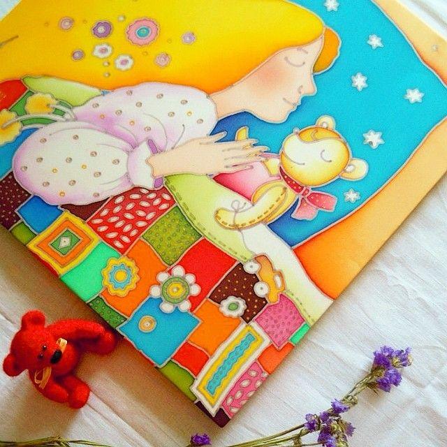 """Работа готова!!! """"Сон""""маленькой девочки и медвежонка,светлый и радостный ))) (батик,натуральный шелк,30х30) ПРОДАЕТСЯ #батик #сон #картина #медведь #медвежонок #девочка #детство #лоскутноеодеяло #звезды #графика #сказка #батикназаказ #vsco #vscoart #instaart #vscorussia #art #handmade #ручнаяработа #продается"""