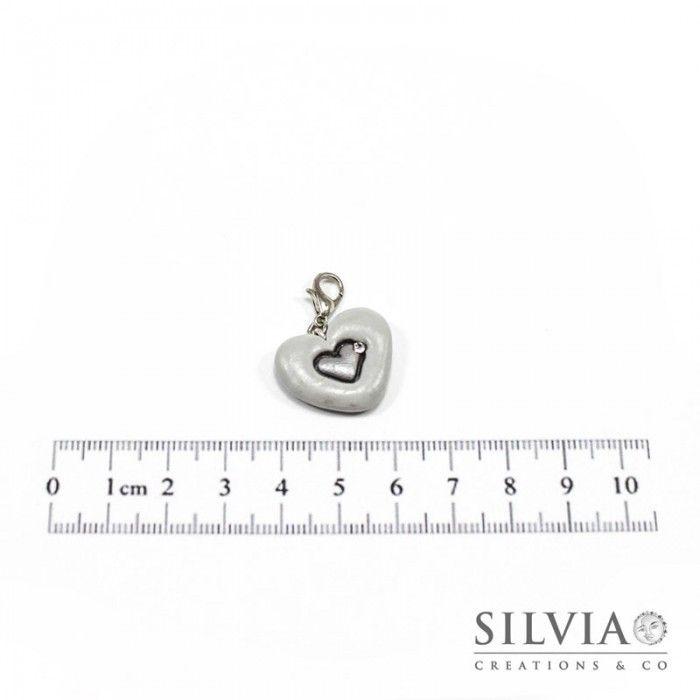 Charm cuore grigio e argento con moschettone