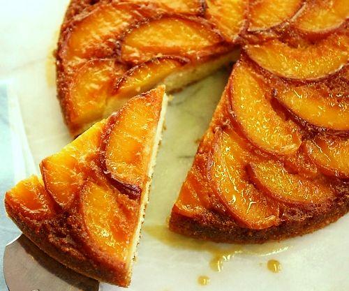 """Una tarta muy veraniega, por la fruta, y que es ideal para una merienda en casa junto a la piscina. El interior de bizcocho se """"emborracha"""" ligeramente con"""