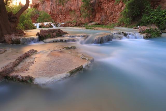 In Arizona, all'interno della riserva indiana degli Havasupai, le Havasu Falls sono un gioiello nascosto del Grand Canyon National Park. Per il contrasto tra il turchese dell'acqua, che si raccoglie in una piscina naturale, e il rosso delle rocce del Canyon, queste cascate sono considerate tra le più belle del mondo (Getty Images)