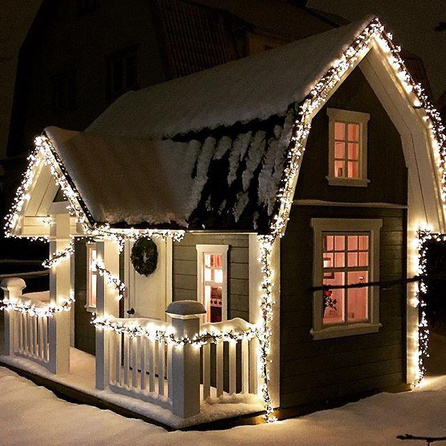 This is so cute! Our DJURSHOLM model in winter land. Så här vackert kan det bli på vintern med lite belysning, här syns vår lekstuga DJURSHOLM.