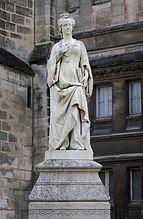 Statue de Marguerite de Navarre dans les jardins de l'hôtel de ville d'Angoulême.- De 1521 à 1524, la correspondance de Marguerite avec l'évêque de Meaux, Briçonnet, nous permet de mieux cerner l'évolution de sa spiritualité. Marguerite s'apprête à accepter la devotio moderna sans se laisser déraciner. Comme le Cénacle de Meaux -Briçonnet, Arande et Roussel, elle appartiendra bientôt à ces girondins de la Réforme, condamnés par les extrémistes , les traditionalistes et les révolutionnaires.