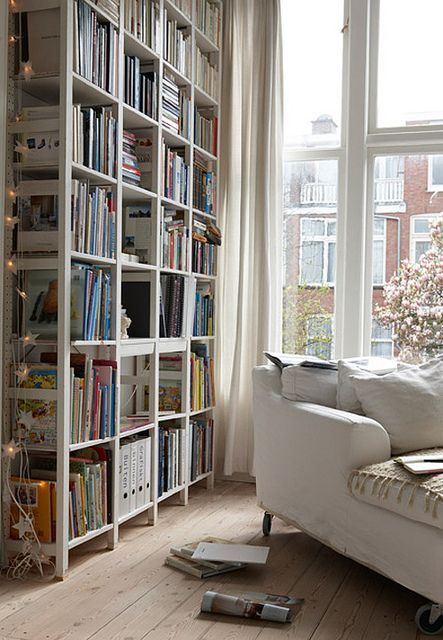 Rincón de lectura sofá en diagonal y estantería para tus libros