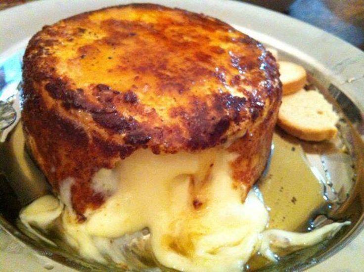 Pega um queijo Camembert, passa no trigo, na gema do ovo e na farinha de rosca, nessa seqüência.  Depois frita em fogo médio na manteiga de garrafa ou manteiga clarificada.  Vai virando pra fritar todo, até dos lados.  Sirva com mel no fundo do prato e por cima do queijo.  Comer com pão italiano ou torradas! É MUITO LIGHT! Depois vai malhar ou namorar !