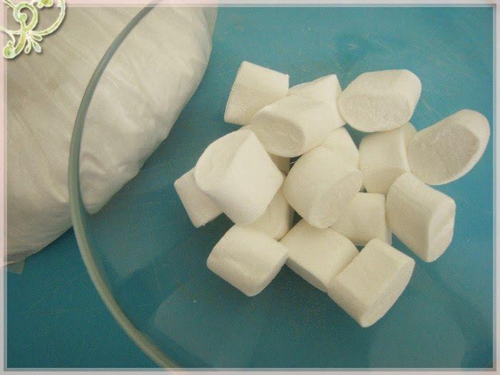 Il mitico MMF (MarshMallow Fondant)Il mitico MMF (MarshMallow Fondant)   Questa e' una delle ricette che faccio piu' spesso. Si tratta della preparazione di un fondente, ossia una pasta che si puo' facilmente lavorare con le mani, e si puo' usare per coprire interamente la superficie di una torta o per fare dei piccoli soggetti e decorazioni.  Preparazione Per fare questo fondente abbiamo bisogno delle caramelle MarshMallow e di parecchio zucchero a velo. Piu' o meno le quantita' sono di 3