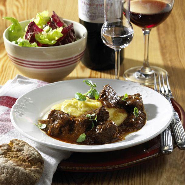 Südtiroler Rindsgulasch mit cremiger Polenta und grünem Salat Rezept