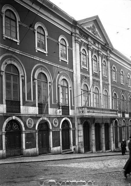 Teatro da Trindade, entrada principal no Largo da Trindade. 1909/1911. Joshua Benoliel.