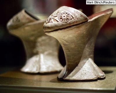 Séculos antes de Sarah Palin e Michelle Obama serem classificadas, entre outros atributos, a partir de seus sapatos, os pés femininos já serviam de vitrine para exibir status econômico e político. É este o mote da exposição On a Pedestal: From Renaissance Chopines to Baroque Heels ('no pedestal: do chopine renascentista aos saltos barrocos', em tradução livre), no museu canadense Bata Shoe Museum, em Toronto. (O 'chopine' do título é uma espécie de plataforma, muito comum nos séculos 15 e…