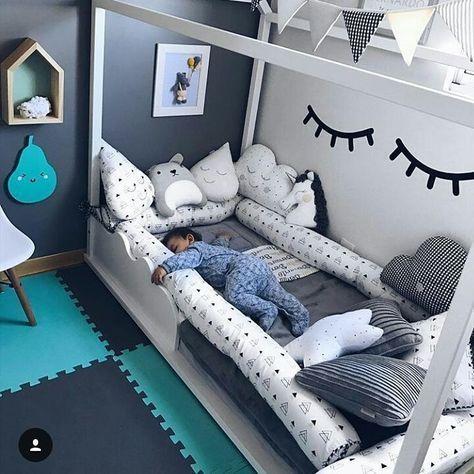 Kleinkind Kinderzimmer für Jungen. Kinderbett, weiß, neutra …