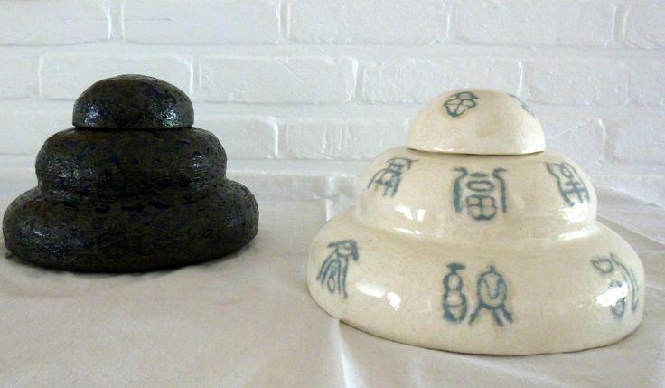 potten met deksels ;  met de hand opgebouwd, bewerkt en geglazuurd keramiek