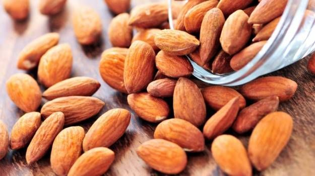 Do You Know Soaked Almonds are Better Than Raw Almonds #soakedalmonds #rawalmonds #almonds #dryfruit #health http://goo.gl/JKOugi