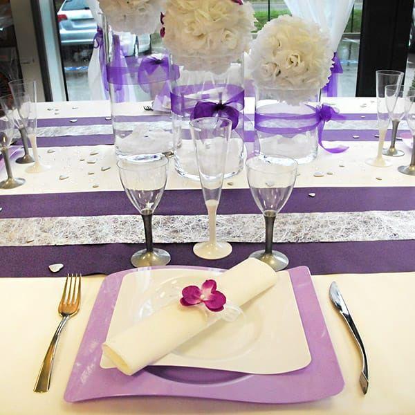 Vaisselle jetable pour cette table sur le thème violet et blanc