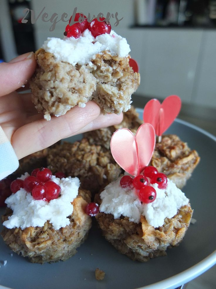 OATMEAL AND BANANA MUFFINS WITH COCONUT CHEESE -