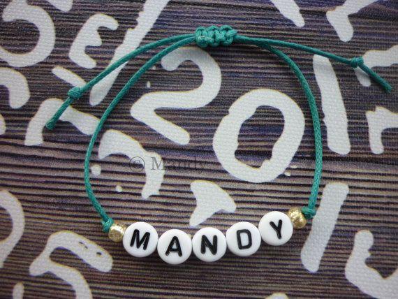 Schönes Armband mit Namen. Das Armband besteht aus 0, 5 mm Kerze Seil. Der Name wird mit weiße Runde Buchstaben Perlen erstellt. Auf der Seite der Name ist einer goldfarbenen Perlen Samenperle. Das Armband ist mit einem Weber-Knoten fertig, dies ist eine einstellbare Knoten machen dieses Armband passt praktisch an jedes Handgelenk. Die Buchstaben-Perlen sind 7 mm. Die Farbe des Armbandes, die Sie wählen, können Sie wählen zwischen: Pink-Grey-Black-Purple-Mint-Turquoise Der Name, den Sie…