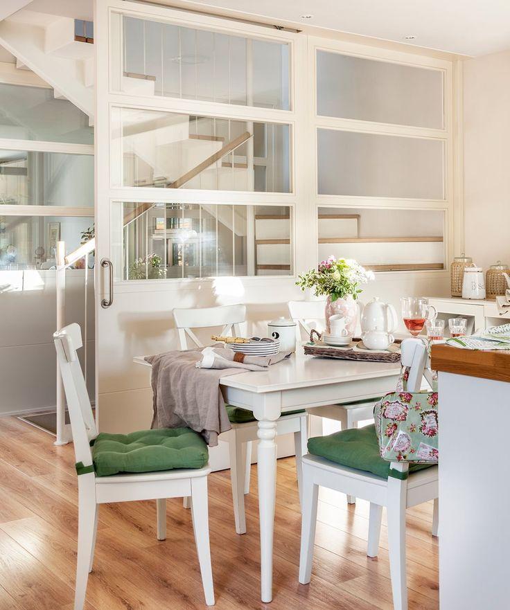 Office en cocina blanca con puerta corredera. En el office