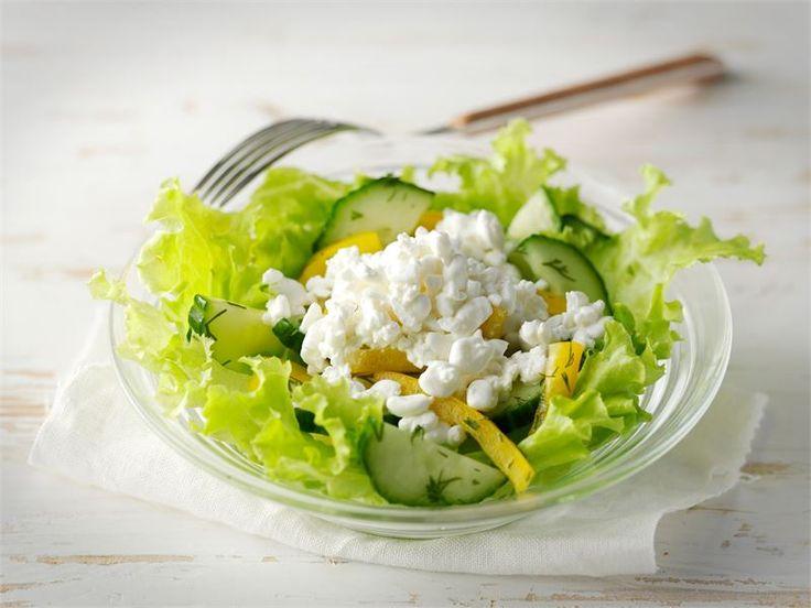 Raejuusto sopii kevyeen ruokavalioon ja on erinomainen raaka-aine salaateissa. Etikkamarinadi antaa ryhtiä tällä kesäiselle salaatille.