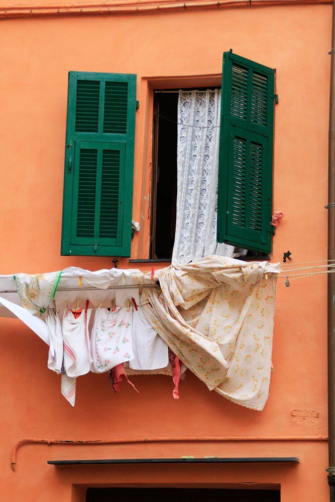 Fenster in orangener Hauswand in Ventimiglia