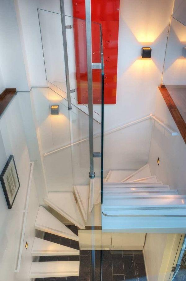 Maisonette-Wohnung-moderne-innenarchitektur-glas-wendeltreppe
