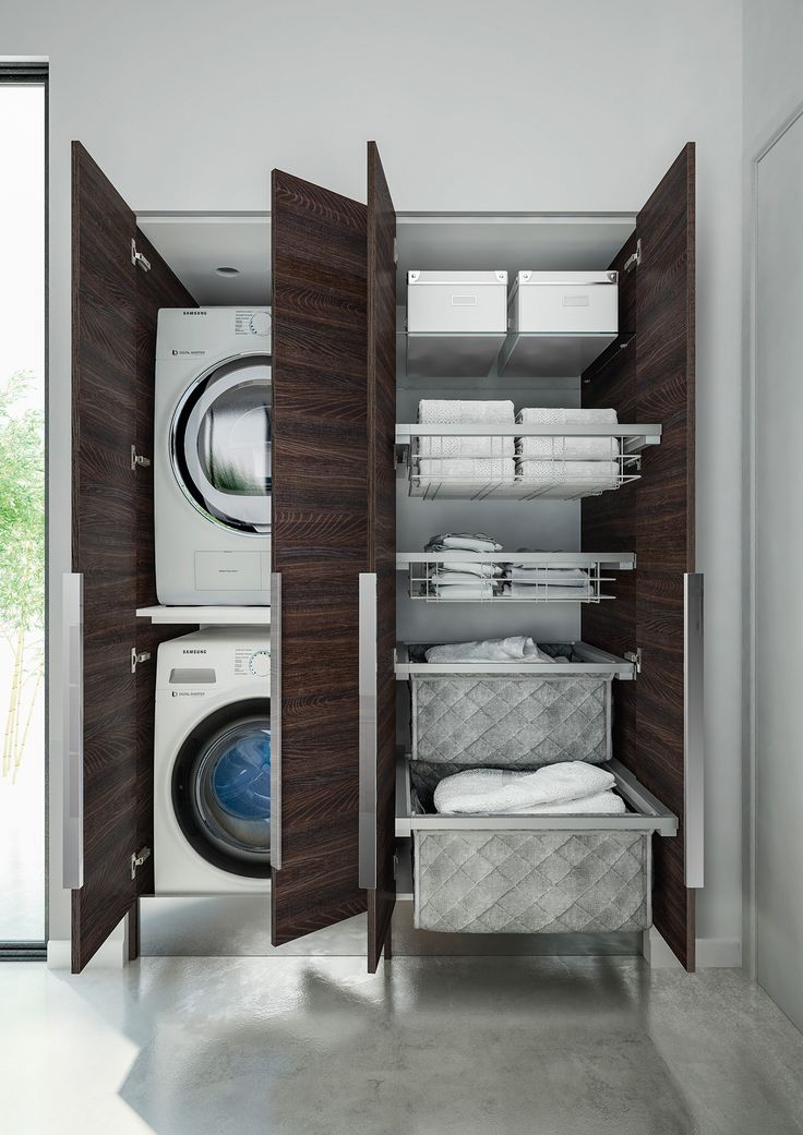 Soluzione a colonna per organizzare la stanza lavanderia con un arredo funzionale in legno e metallo, con cassettoni.