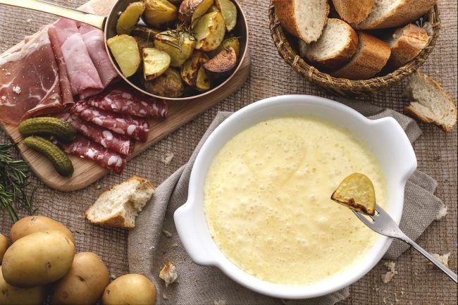 La fonduta di Reblochon è un piatto che si prepara con un formaggio tipico dell'Alta Savoia accompagnato da croccanti patate al forno.