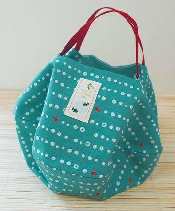 「まめしぼり金魚」柄の丸バッグ