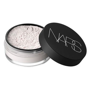 An innovative, light-reflecting loose powder that reduces the look of shine and…