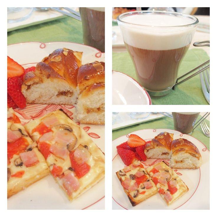 ランチ サンドイッチ用のパンにピザソースとチーズ、ハム、マッシュルームとトマトをトッピング。オーブンで焼いていただきます