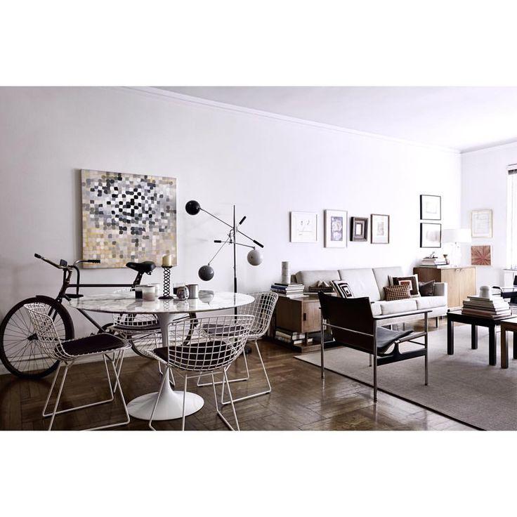 """Eigen Huis & Interieur op Instagram: """"Interieur • Matthew Malin en Andrew Goetz vonden ooit een klein appartement in Chelsea, New York en richtten het in de loop van achttien jaar prachtig in. 'We zijn de afgelopen achttien jaar minder obsessief over zaken als stijl geworden. Wat blijkt? Als je simpelweg je leven leeft, wordt je interieur juist heel persoonlijk.' #interieur3 #droomhuizen #maartnummer"""""""