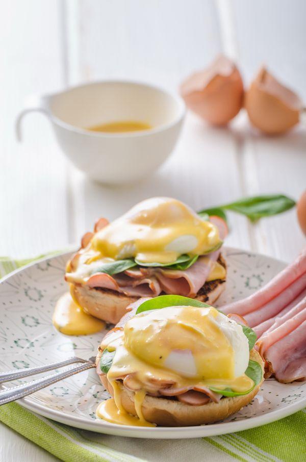 Δεν υπάρχει τίποτα καλύτερο για να ξεκινήσετε την Κυριακή σας από ένα απολαυστικό brunch. Από τα πιο χαρακτηριστικά πιάτα του δε, τα αβγά benedict. Για να πετύχει το ποσάρισμα, χρειάζεστε απαραιτήτως φρέσκα αβγά, γι αυτό θα επιλέξετε Αβγά Βλαχάκη.