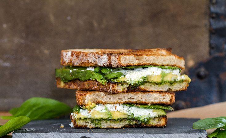 Sandwich au pesto, avocat, pousses d'épinard et feta // Pesto, avocado, spinach leaves and feta cheese sandwich