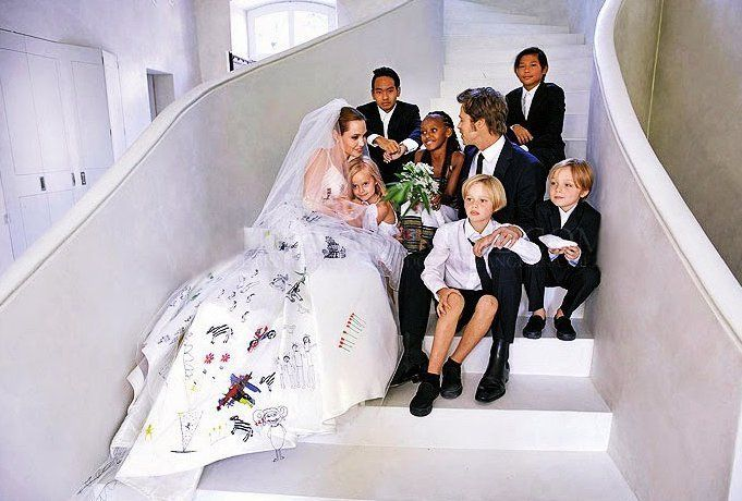 Angelina Jolie Brad Pitt Married Before The French Wedding Angelina Jolie Wedding Angelina Jolie Wedding Dress Celebrity Wedding Dresses