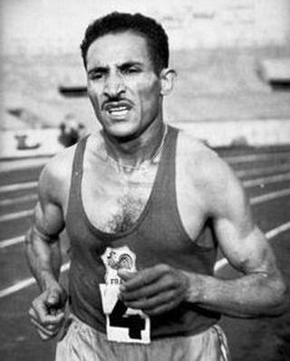 Alain Mimoun né Ali Mimoun Ould Kacha le 1er janvier 1921 à Maïder (arrondissement du Telagh) en Algérie et mort le 27 juin 2013 à Saint-Mandé dans le Val-de-Marne est un athlète français ayant eu 32 titres de champion de France et porté à 86 reprises le maillot tricolore dans des compétitions internationales ce qui en fait l'athlète français le plus titré. Il est devenu légendaire dans sa discipline pour avoir gagné entre autres titres le marathon des Jeux olympiques d'été de 1956 à…