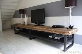 Simpel is vaak het mooiste. Mooi meubel om je tv op te zetten of erboven te hangen voor een luchtiger effect. Als je zelf maakt, kun je voor het onderstel ook een open tuinscherm gebruiken voor een robuuste uitstraling. Wil je meer tips voor je interieur? Volg dan het blog van Mix in Stijl: www.mixinstijl.nl/blog