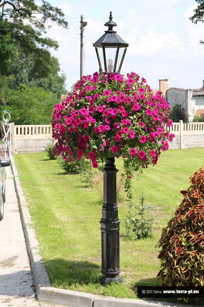 Flower tower lamp post. This would look gorgeous at the cottage on the top of the stairs going down to the lake!